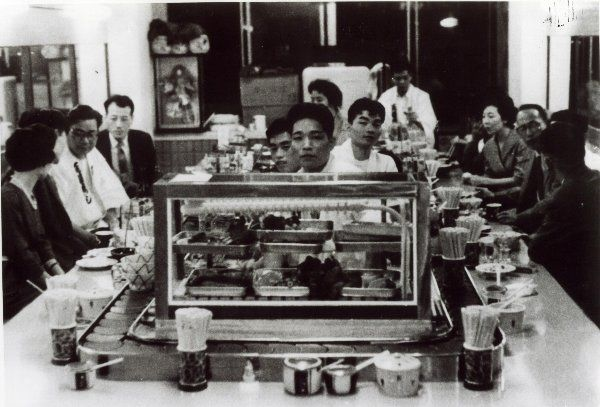 1958年(昭和33年)大阪布施市に最初の回転寿司店「元禄寿司」開店 ...