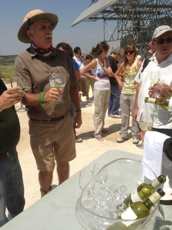 Eudald Carbonell, director de Atapuerca, brindando con Mantel Blanco a pie de las excavaciones. #vino #verdejo