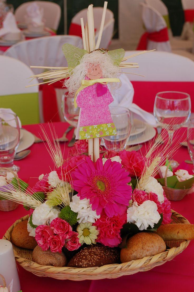 centro de mesa con flores silvestres y panes