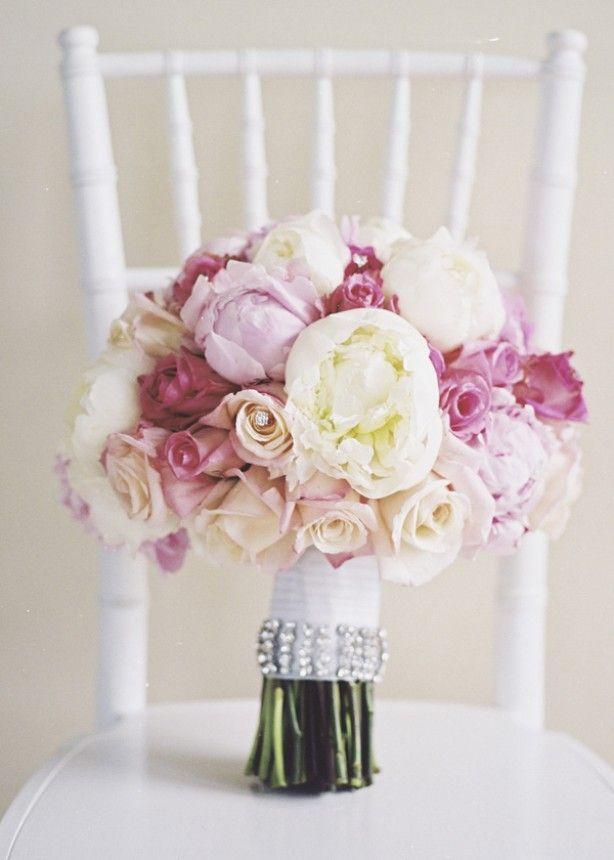 Romantisch bruidsboeket in verschillende tinten roze.