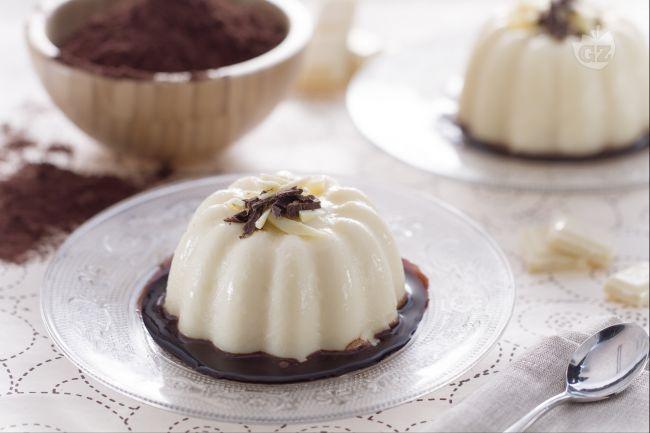 Il budino al cioccolato bianco è un delizioso dessert accompagnato da una…