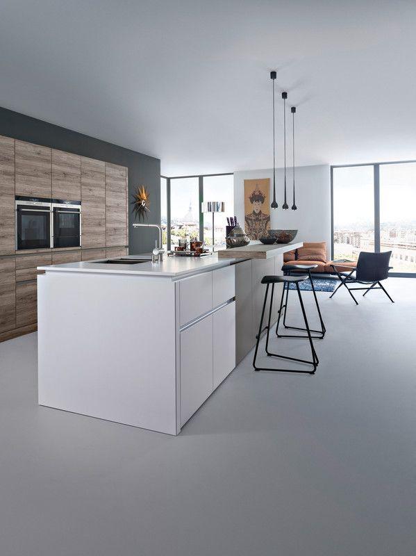 Wildhagen | Moderne strakke houten keuken met kookeiland en kastenwand met inbouwapparatuur. www.wildhagen.nl #designkeuken