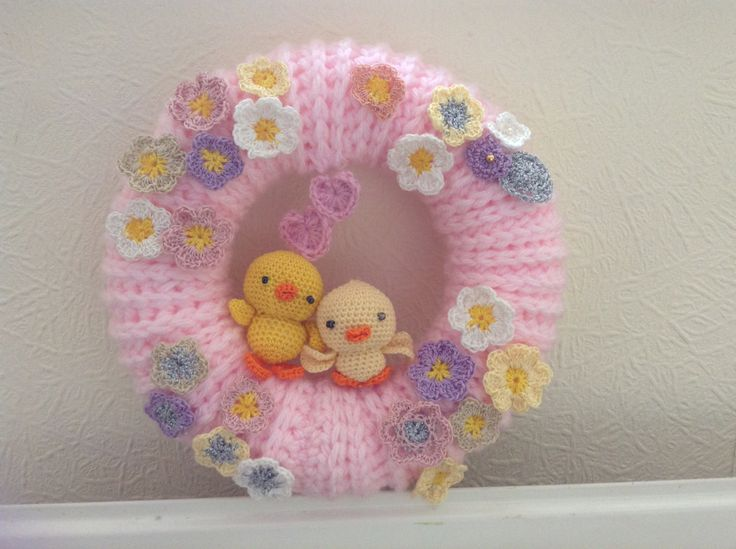 All crochet wreath. Free pattern for Amigurumi chick http://www.craftpassion.com/2011/06/baby-chick-amigurumi-pattern.html/2 and other free flower patterns