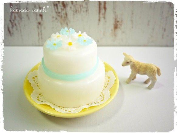 ちいさなお花の乗った、ウエディングケーキのキャンドルです。サムシングブルーを意識して、青いお花も使ってシンプルに仕上げました。ウエディングのギフトや、ウエディ...|ハンドメイド、手作り、手仕事品の通販・販売・購入ならCreema。