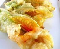 Fiori di zucca fritti - Gebakken courgette bloemen | Antipasti Recepten - dolcevia.com