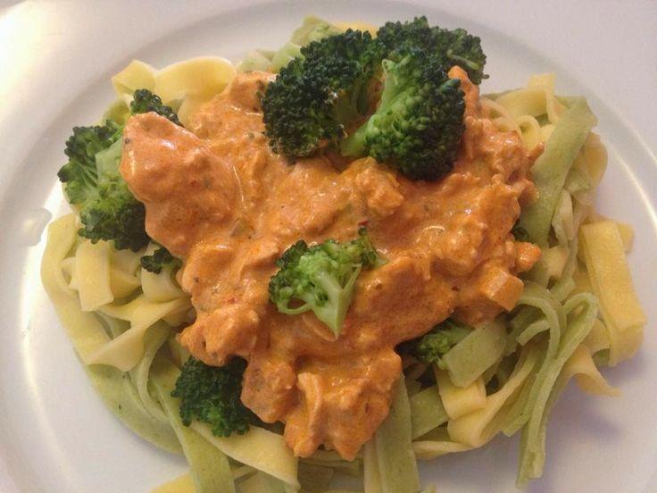 Verse pasta met broccoli en een kip, room, pesto, tapenade saus.