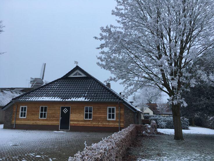 Na de vernieuwing van het dak, hebben we de achtergevel van onze boerderij afgetimmerd met douglashout.