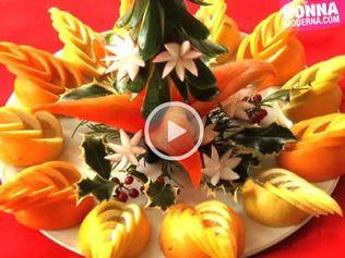 """Arance che diventano fiamme, ravanelli trasformati in stelline, zucchine come rami dell'albero di Natale: lo chef-decoratore che trasforma il cibo in un'opera d'arte si chiama Claudio Menconi (potete leggere il suo libro """"Sculptured food"""", edizioni Pacini Fazzi) e noi l'abbiamo incontrato all'hotel Principe di Piemonte di Viareggio.   In questa video lezione lo chef spiega come realizzare un centrotavola natalizio (tutto vegetariano!) di grande effetto.   Guarda anche le altre ..."""