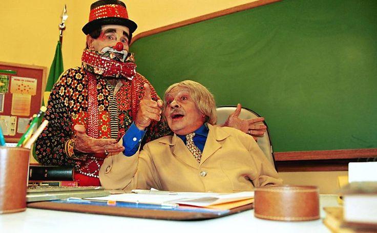 """O humorista Chico Anísio e o palhaço Carequinha durante gravação do programa """"Escolinha do Professor Raimundo"""", no Projac, Rio de Janeiro"""