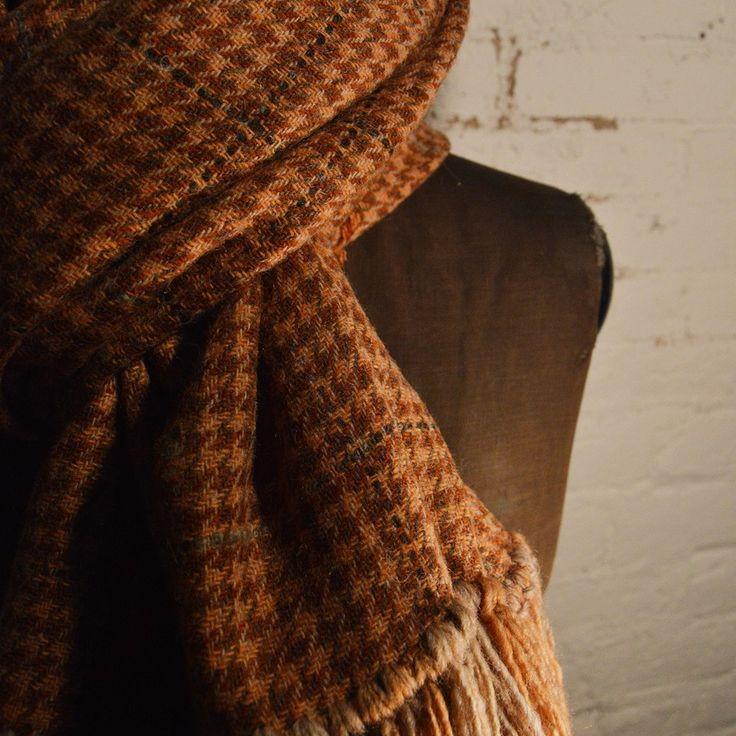 Chal de lana con flecos by @larosademariaco