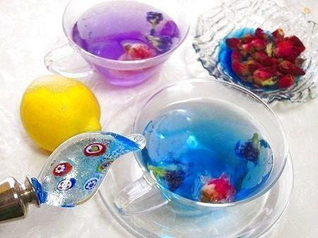 バタフライピー+バラ茶に、熱湯注ぐと鮮やかな澄んだブルーに!♪  レモン果汁を加えると、さらに、色彩が変化!美容にも良い、リラックス効果もある、マジックハーブティーですっ♪