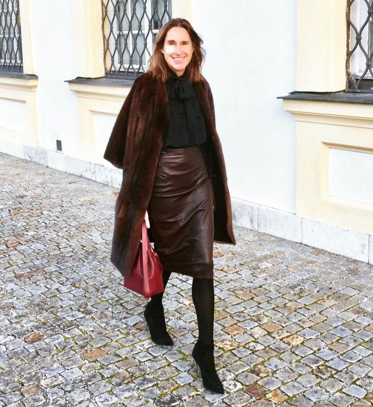 Annette Weber // ALESYA ORLÓVA Geo Bucket Bag mini in Bordeaux // Minimal Bag - chic minimalist accessories //