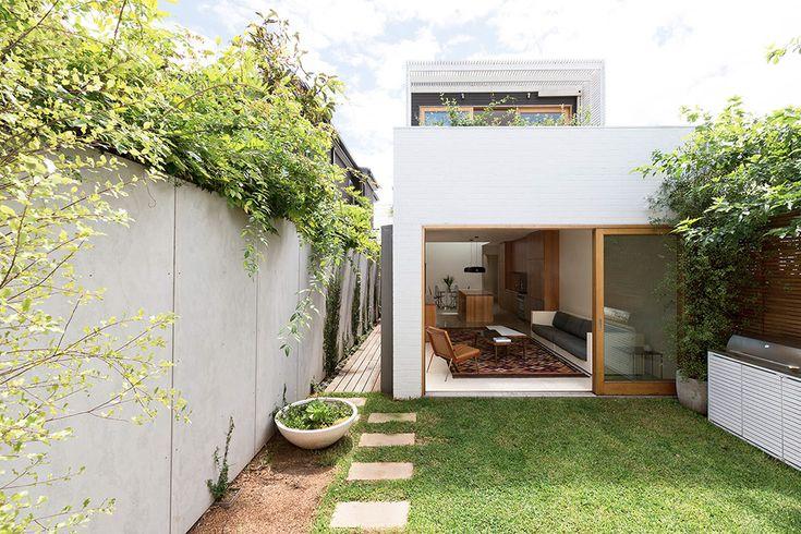 Bondi House est le résultat d'une rénovation réussie d'une maison de style victorien située en Australie et réalisée par les architectes locaux de Fearns Studio. Une rénovation mêlant bois et acier, sur deux niveaux, avec des ouvertures à l'étage pour permettre d'apporter de la lumière au centre du plan tout en conservant l'intimité des habitants. Le rez-de-chaussée abrite les pièces de vie commune dans un agencement tout en longueur ponctué par un jardin verdoyant.