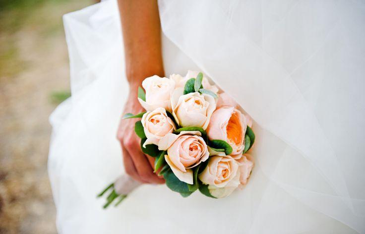 Jednoduchá svatební kytice pro nevěstu Katku z růží David Austin / svatba Katky a Kuby / svatební květiny a výzdoba od svatební agentury Million bells