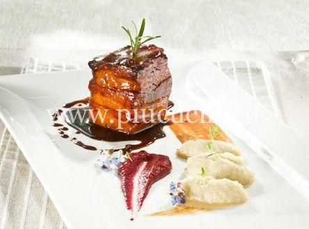 Cubo di pancetta laccata con crema di rapa rossa e purea di finocchi