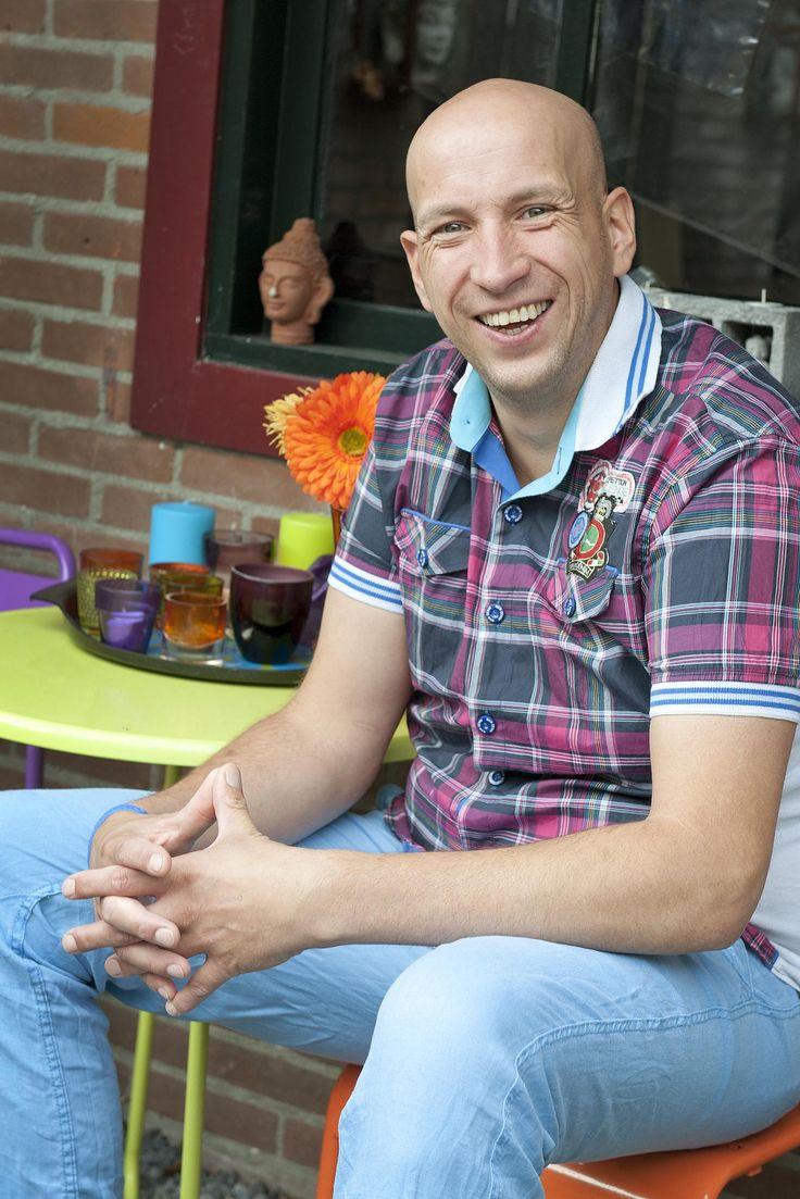 02-09-2013: Koen de Rooij kent sinds ruim een jaar ziekenhuizen van binnen en buiten. Na het verwijderen van een abces in zijn buikwand, heeft hij inmiddels vijf operaties ondergaan. Zijn angst voor spuiten en naalden maakte het vooruitzicht van elke ingreep extra vervelend. Uiteindelijk hielp muziek hem door de ingrepen heen.   Lees meer op: http://www.liefziekenhuis.nl