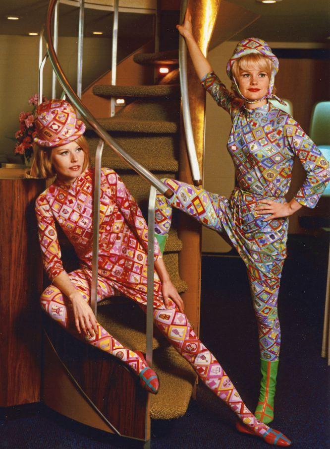 """Enquanto isso, nos Estados Unidos, Mary Wells decide contratar o estilista Emilio Pucci para que idealize os uniformes das assistentes de voo da Braniff International. A premissa: sexo é a mensagem. """"Quando um homem de negócios sobe em um avião, acreditamos que merece ver uma mulher bonita"""", diz Wells. O modelo criado por Pucci em 1968, além de ser vanguardista, se tornou um símbolo de status. Na imagem, o desenho de Emilio Pucci de 1965 para a companhia aérea Braniff."""
