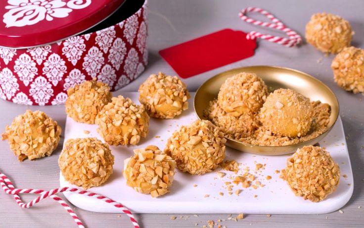 Brunost og hvit sjokolade er en perfekt smakskombinasjon, og med krydrene i julebrunosten passer smaken perfekt til jul. Hakkede peanøtter gir et salt kick.