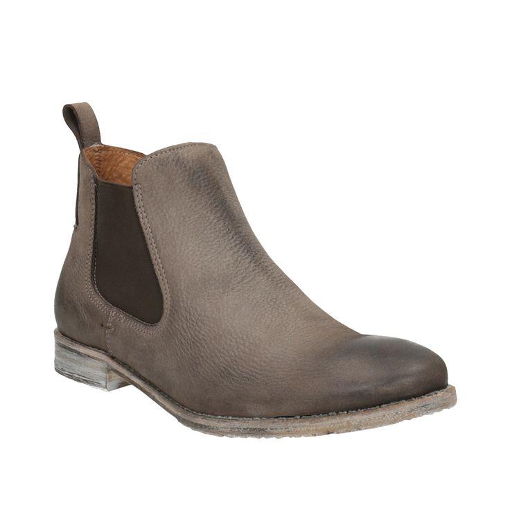 Dámske kožené topánky typu pierka zaujmú hnedým odtieňom zvršku, ktorý ladí s ležérnou podošvou. Pružné boky v tmavšej farbe uľahčia obúvanie. Zaujímavým detailom je pútko nad pätou. Noste ich k úzkym džínsom, ktoré môžete nad členky ohrnúť. Vnútri je kožená podšívka a príjemná mäkká stielka