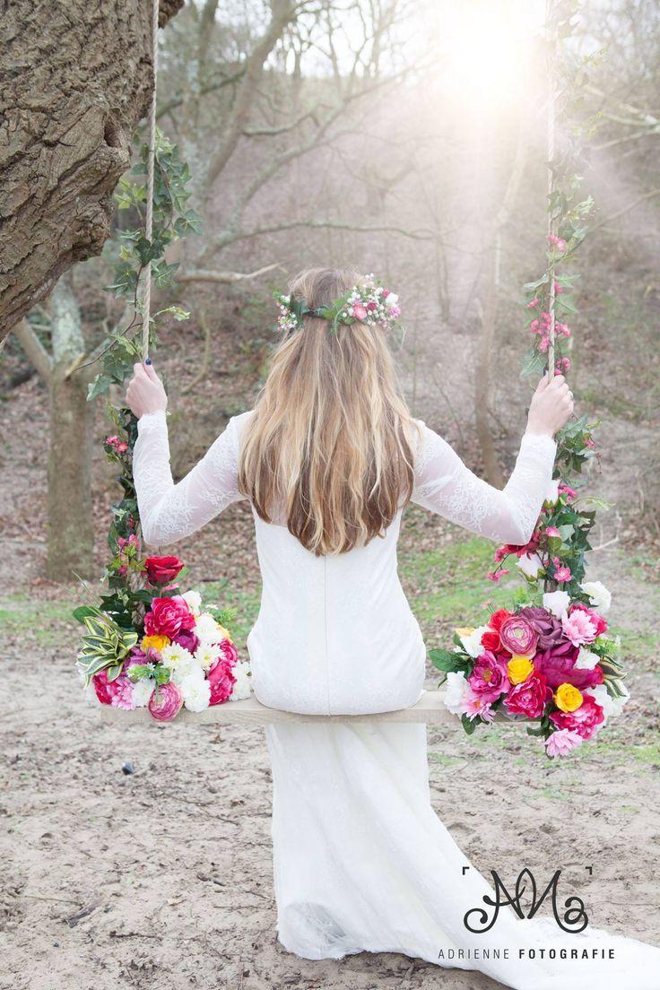 Bohemian Summer bruid Stephanie Akkerman op bloemenschommel achterkant.