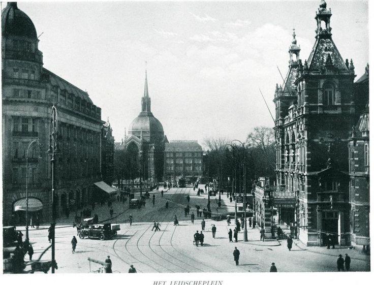 1920ca. Leidseplein Het Leidseplein is een plein in het centrum van Amsterdam in het verlengde van de Leidsestraat. Het grenst aan de Marnixstraat en het Kleine-Gartmanplantsoen.  Het plein dateert uit de aanlegperiode van de grachtengordel (de Vierde Uitleg). Het Leidseplein is genoemd naar de Leidsepoort, die hier stond tot 1862 en het begin was van de weg naar Leiden.Het Leidseplein is een bekend uitgaansgebied met terrassen, theaters en horecagelegenheden