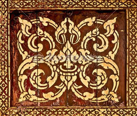 Традиционный тайский стиль искусства живописи картина на дереве в храме. Это традиционные и общий стиль в Таиланде. Нет любого товарного знака или ограничить вопрос в этой фотографии