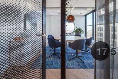 Blauw vintage patchwork vloerkleed in kantoorruimte #handgeknoopt #uniek