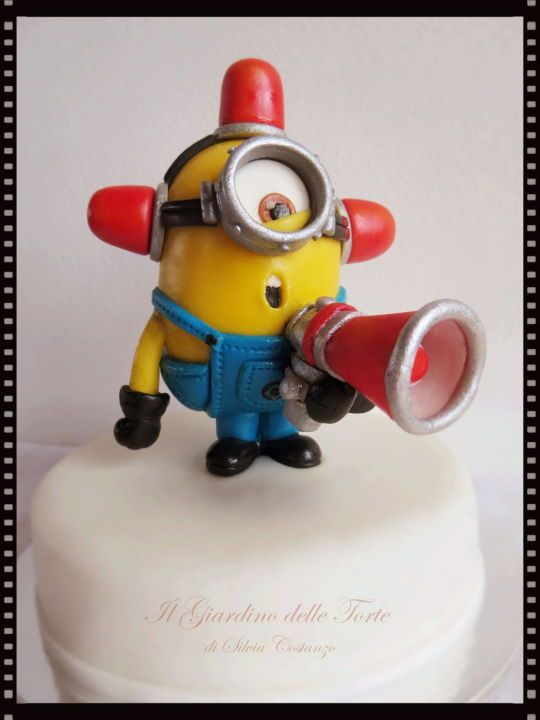 Bee-do! Bee-do! The fire alarm minion is coming! Cake