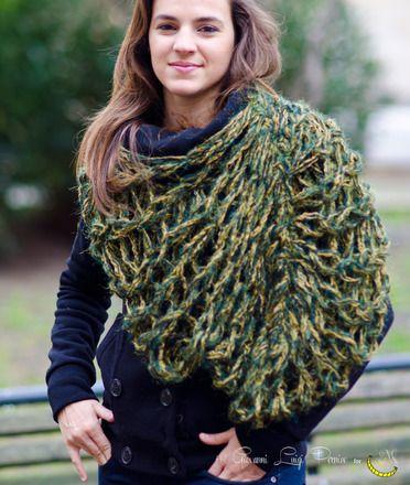 """Morbida e calda, questa sciarpa ad anello offre una calda protezione dal freddo invernale e può essere utilizzata anche come scialle coprispalle. Romantica dal sapore fiabesco, questa sciarpa di lana è tessuta a mano con la tecnica della """"maglia a mano"""".  Taglia Unica  La lana utilizzata per questa creazione proviene da varie donazioni. ----> Seguimi sul web: https://malicecraft.wordpress.com/  ----> e su fb: https://www.facebook.com/MaliceCrafts"""