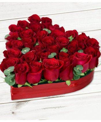 Aranjament in forma de inima cu 29 trandafiri rosii si frunze de eucalipt