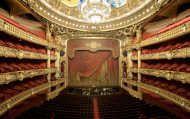 Découvrez les lieux mythiques et les endroits secrets du Palais Garnier : le Bassin de la Pythie, le Grand Escalier ou le Foyer de la danse.