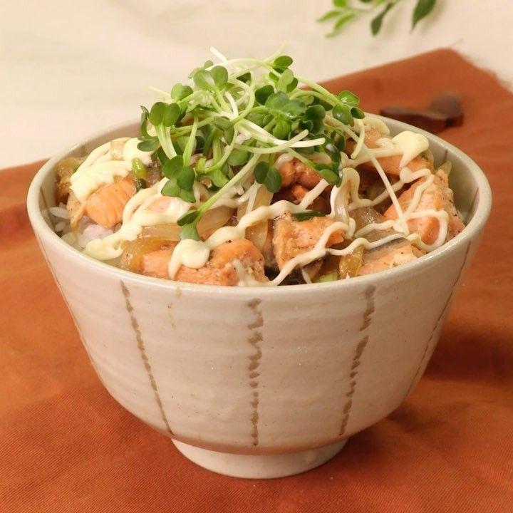 """6,051 Likes, 3 Comments - DELISH KITCHEN - デリッシュキッチン (@delishkitchen.tv) on Instagram: """"鮭の旨味とマヨネーズがあう! #鮭マヨ丼 ご飯がもりもり進む味わいになります♪ 簡単に作れるのでぜひ作ってみてください! 材料 (2人分) ・あたたかいごはん どんぶり2杯 ・生鮭  2切れ…"""""""