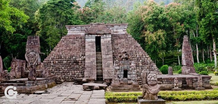 Sekilas ini seperti piramida peninggalan bangsa Maya di Meksiko atau Inca di Peru. Tapi, ini adalah Candi Sukuh yang ada di Karanganyar, Jawa Tengah. Ada yang menyebut bahwa candi yang dibangun pada 1430 ini merupakan candi yang paling erotis karena menampilkan relief karakter tanpa busana.