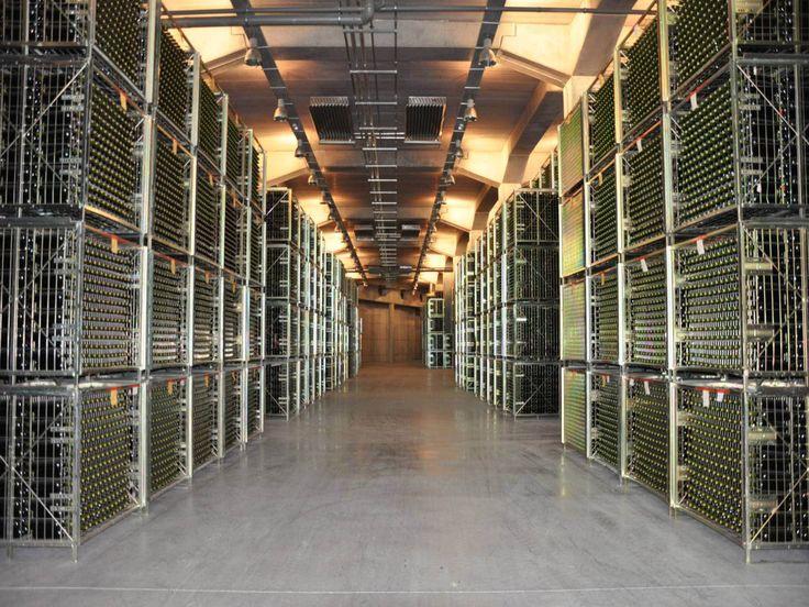 Con la ampliación de la bodega se consiguieron cerca de 5.000 metros cuadrados destinados a botelleros. Gracias a las nuevas tecnologías, todos ellos se controlan por ordenador, lo que permite conocer a cada momento parámetros como el ph, acidez o el grado alcohólico.