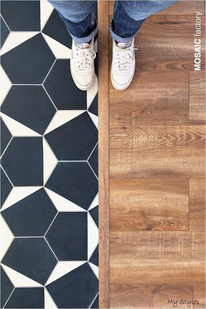 22 08 2019 Beautiful Floor Transition With Blue And White Hexagonal Cement Tiles Combined With Wooden Flooring Design In 2020 Houten Tegels Keukenvloer Houten Vloer