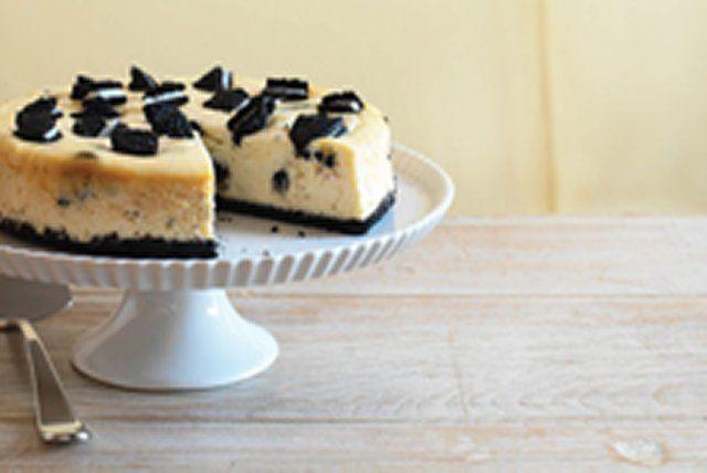 Offrez-vous ce gâteau au fromage onctueux qui regorge de morceaux de biscuits OREO.