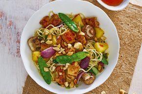 Kastanjechampignons, peulen, rode ui, paksoi, gele wortel en prei: wát een groente in dit gerecht. - recept - Allerhande