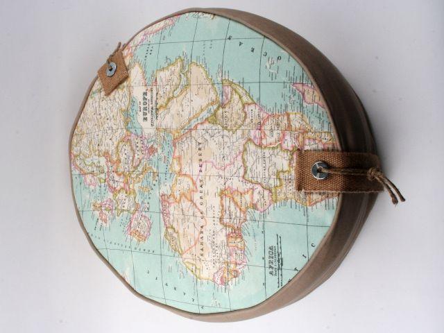 Stoere poef met afbeelding van de wereldkaart @Wendy Felts van der Heyden met Moon