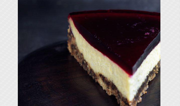 Cheesecake med lakridsbund og solbærgelé - LAKRIDS by Johan Bülow - lav dobbelt så meget ostefyld end det, der står i opskriften. Der kan også godt komme mere lakrids i.