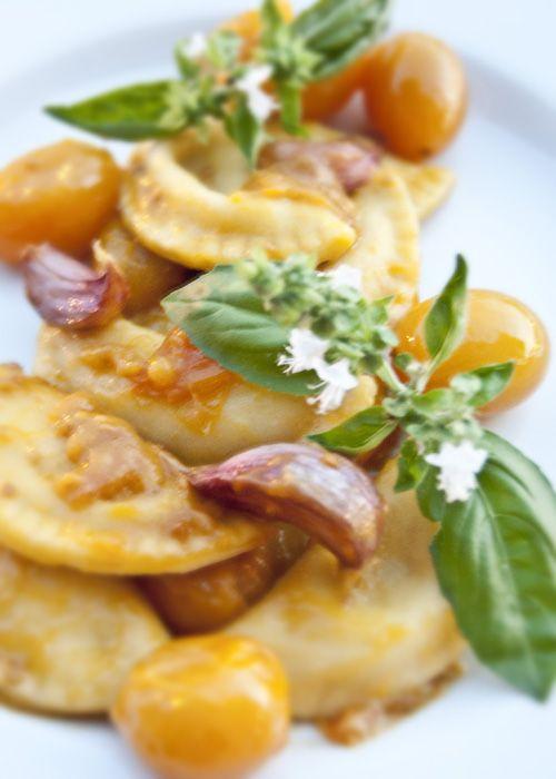Ravioli al  basilico con sugo di datterini gialli. Un primo piatto che ha il sapore e il colore dell'estate   L'idea Pellegrina foodblog