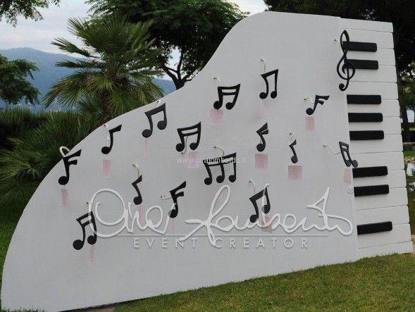 Un matrimonio che inizia con le giuste note. Tableau de mariage scenografico anticipa il tema musicale del matrimonio by Cira Lombardo Event Creator | Cira Lombardo Wedding Planner