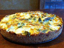Hartige taart zonder bladerdeeg, met krokant deeg van havermout en witte en groene asperges.