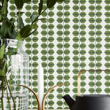 Berså - dette flotte mønsteret er med sine stiliserede grønne blade et af de mest elskede af det svenske folk. Stig Lindberg brugte det oprindeligt til porcelæn og det blev i 1960'erne solgt i så store mængder at det i dag anses som et ikon i svenske hjem.