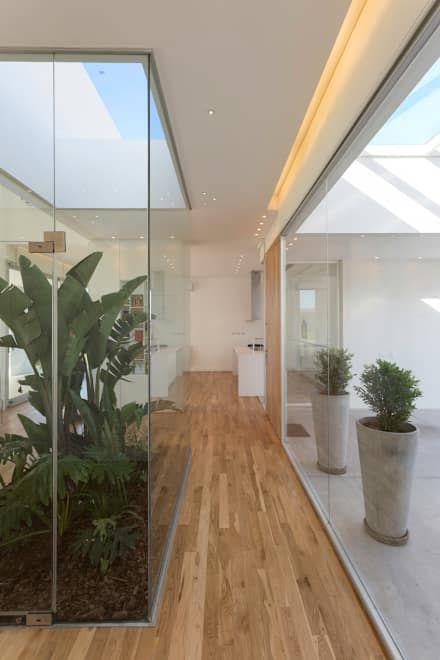 PATIO INTERNO: Pasillos, vestíbulos y escaleras de estilo  por VISMARACORSI ARQUITECTOS