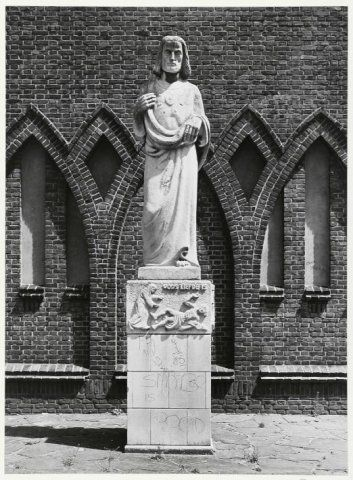 1985: Christusbeeld voor het kerkgebouw van de parochie Christus Koning.