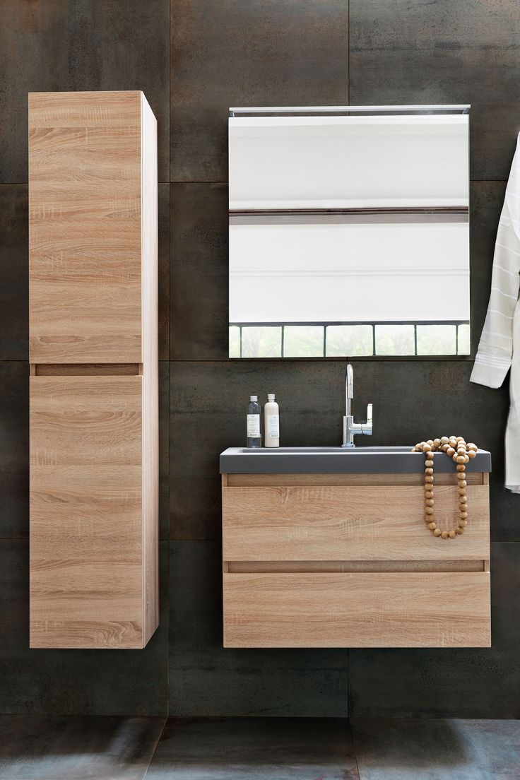 Dark bathroom wall with wooden bathroom furniture and square mirror | Photographer Jansje Klazinga | Styling Frans Uyterlinde | vtwonen catalog autumn 2015 | #vtwonencollectie
