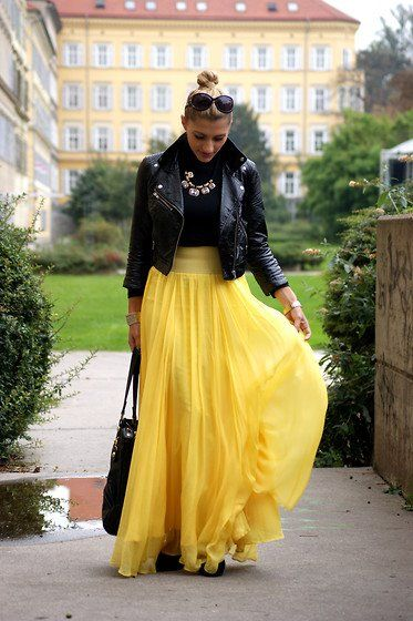 Flowing skirt, simple top, bold necklace. Love it.