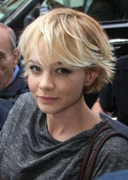 Carey Mulligan Short Hair | Carey Mulligan Carey Mulligan stops to sign autographs for fans before ...