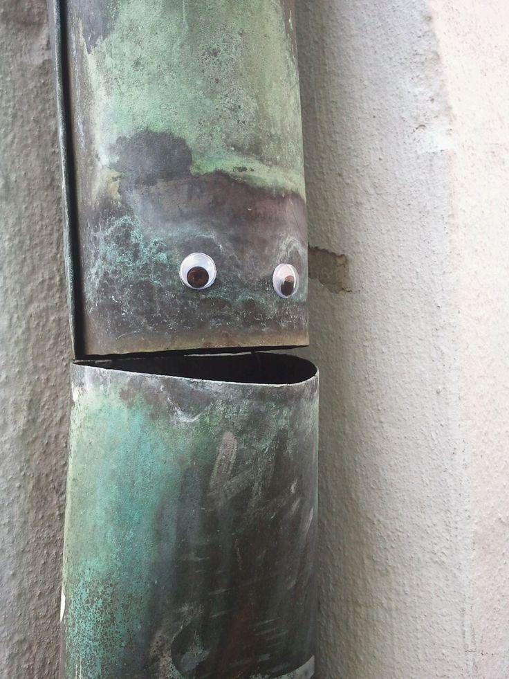 Eyebombing: plak oogjes op willekeurige plaatsen in de publieke ruimte..