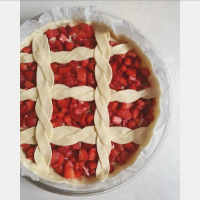 Crostata con crema pasticcera e fragole a pezzetti | MORE e TULIPANI